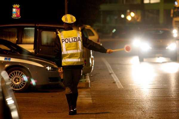 Ruba un'auto, fugge e provoca un incidente: arrestato dalla Stradale dopo un inseguimento sui binari