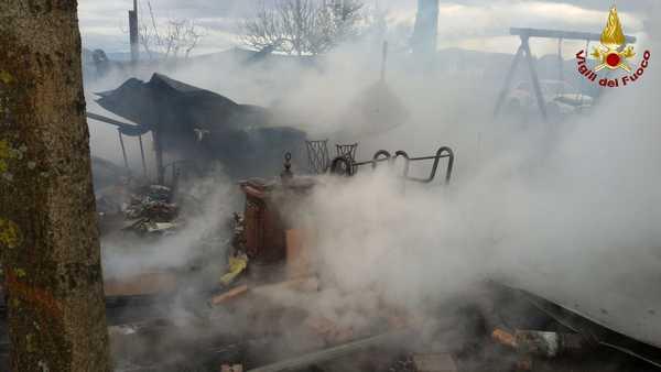 Incendio in una baracca, fiamme vicino all'Aurelia