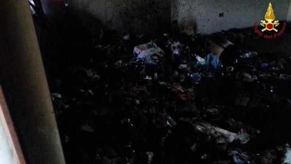Incendio in un edificio alle porte di Grosseto: in fiamme rifiuti abbandonati – FOTO