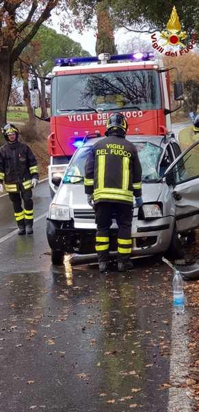 Due incidenti in pochi minuti: tre persone ferite