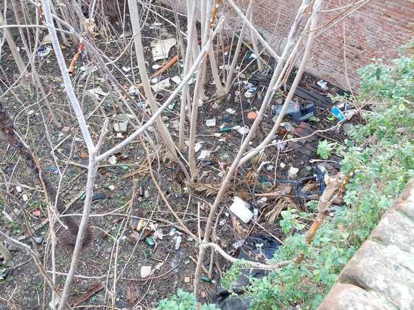 """Grosseto al Centro: """"Troniera piena di rifiuti, chi deve pulire questa vergogna sulle Mura?"""""""