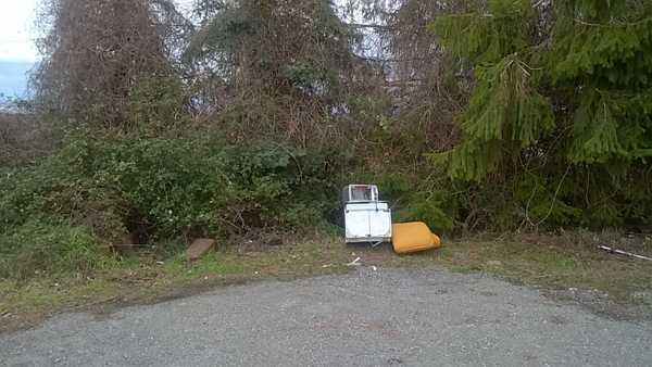 """Discarica a cielo aperto nel parcheggio, il sindaco: """"Pugno duro contro chi abbandona rifiuti"""""""