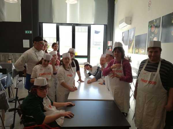"""""""Fare food"""": i ragazzi della cooperativa Arcobaleno cucinano per la festa finale del progetto"""