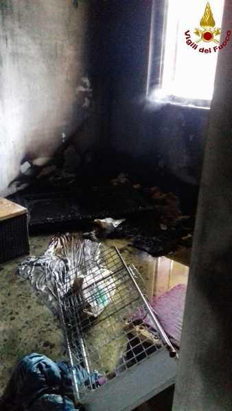 Incendio nel residence abbandonato: in fiamme materassi e suppellettili – FOTO