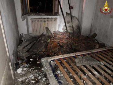 Incendio nell'appartamento del parroco: canna fumaria in fiamme, cede parte del tetto