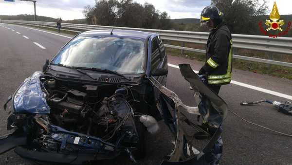 Incidente sulla Grosseto-Siena: auto contro il guard rail, ferita una donna – FOTO