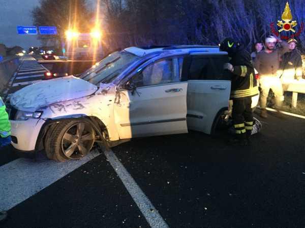 Incidente sull'Aurelia: auto sbatte contro la barriera, si ribalta e finisce nell'altra corsia. Due feriti