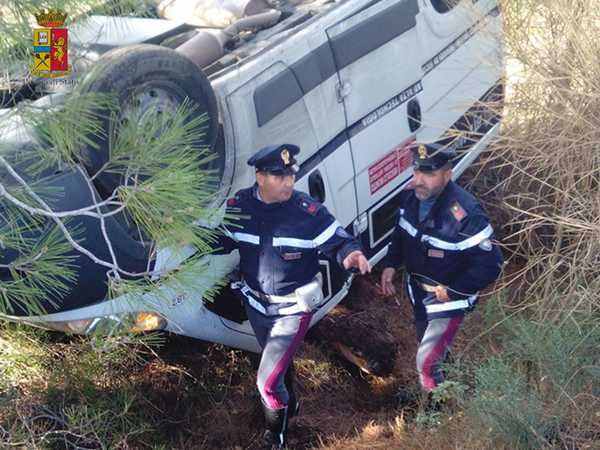 Portavalori con 300mila euro finisce fuori strada e si ribalta: vigilantes soccorsi dalla Stradale
