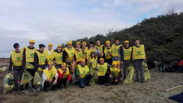 Legambiente e Sky alla Giannella per l'emergenza plastica in mare: 50 volontari raccolgono rifiuti