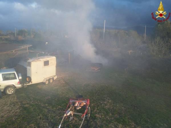 Follonica, brucia baracca in via del Cassarello