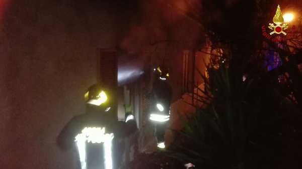 Incendio in un appartamento: a fuoco la camera da letto, illeso un uomo all'interno
