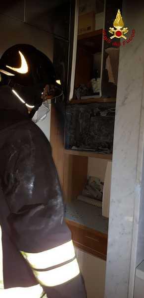 Quadro elettrico di una casa in fiamme: un vicino soffoca l'incendio con un estintore
