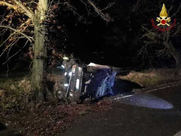 Incidente nella notte: auto sbanda, esce di strada e sbatte contro un albero