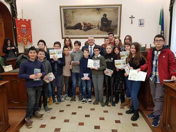 Educazione ambientale: il sindaco e l'assessore incontrano gli studenti protagonisti del corso