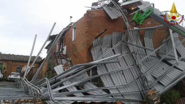 Photo of Tromba d'aria a Monte Lattaia: struttura in metallo si abbatte su un podere
