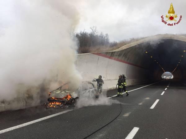 Auto in fiamme sulla Senese