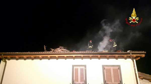 Photo of Incendio in una casa, sottotetto in fiamme: evacuate le persone all'interno
