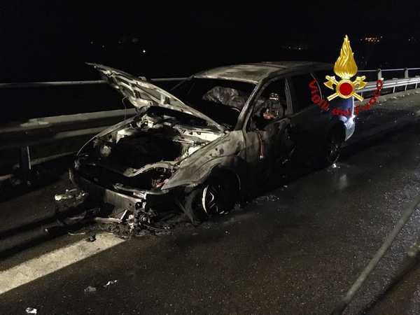 Auto si ferma per un guasto sull'Aurelia, poi prende fuoco: incolumi i passeggeri