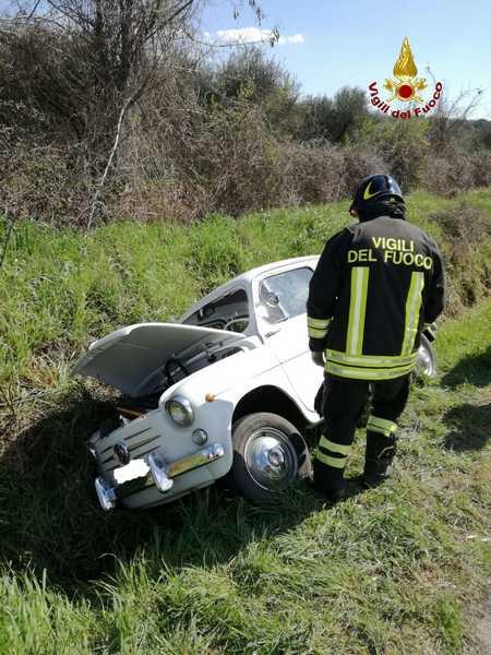 Auto esce di strada e finisce in una fossa: conducente soccorso dai Vigili del Fuoco