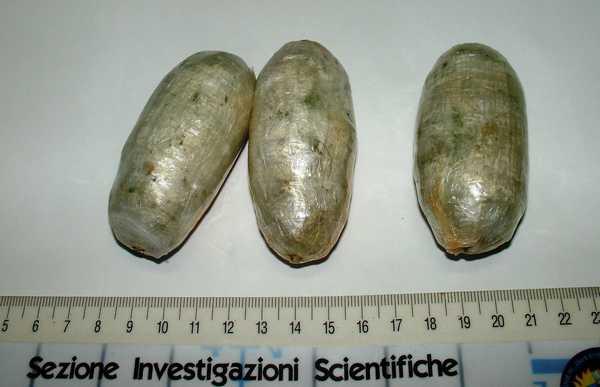 Nasconde tre ovuli di eroina nella pancia: arrestato spacciatore