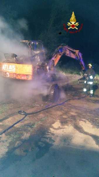 Due incendi nella notte: distrutte un'auto e una macchina agricola