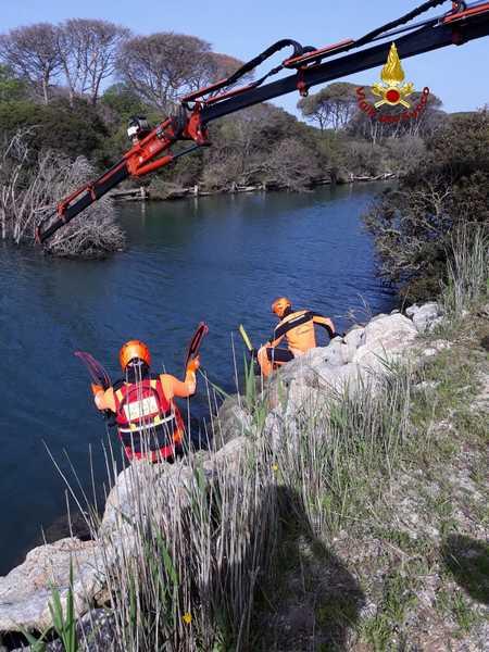 Tronchi in un canale ostacolano l'afflusso dell'acqua nella laguna: intervento dei sommozzatori