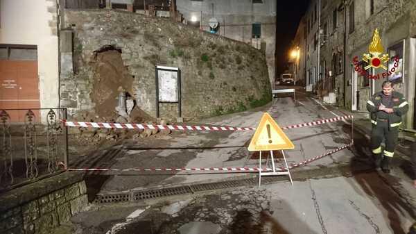 Crolla un giardino: intervento dei Vigili del Fuoco, chiuse una via e una piazza