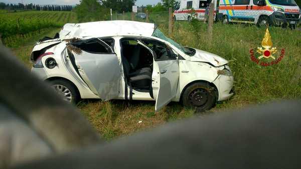 Auto sbanda ed esce di strada: quattro persone ferite