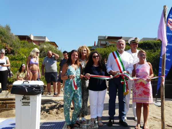 """Inaugurata la """"Green beach"""": una spiaggia accessibile a tutti nella pineta del Tombolo"""