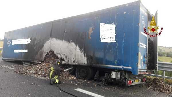 Camion di rifiuti in fiamme: traffico bloccato sulla Senese