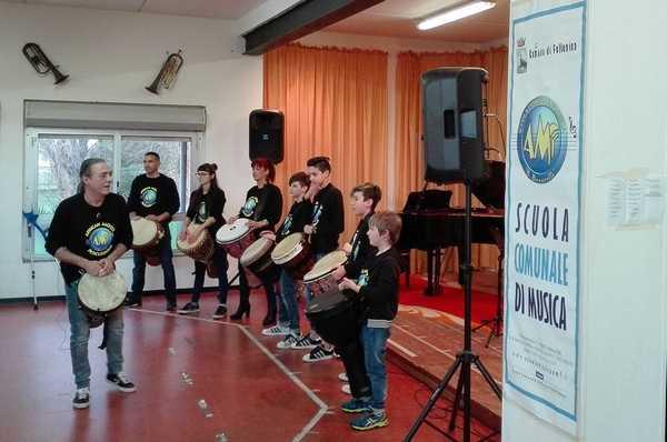 Scuola di musica: gli allievi dei corsi moderni si esibiscono in riva al mare