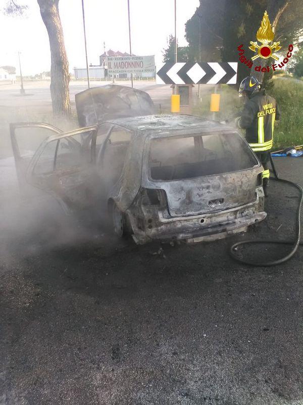 Auto in fiamme a Braccagni, conducente illeso