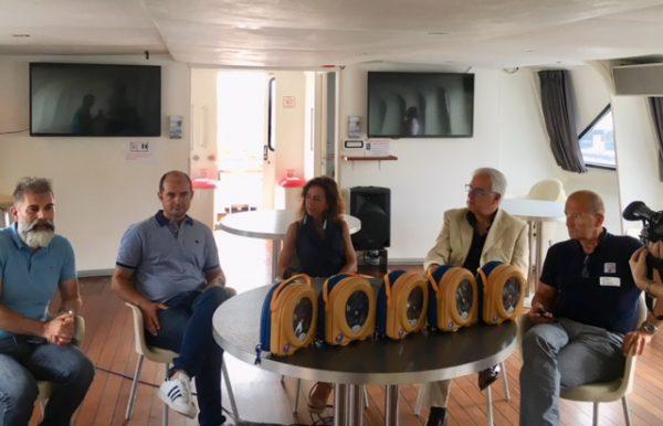 """La Asl consegna 5 defibrillatori ai traghetti per il Giglio: """"Cittadini e turisti protetti anche in mare"""""""