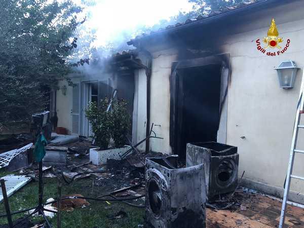 Fulmine Cade In Un Giardino Stanze Di Una Casa In Fiamme