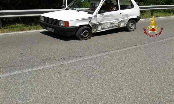 Scontro tra un'auto e un furgone: Vigili del Fuoco e 118 sul posto