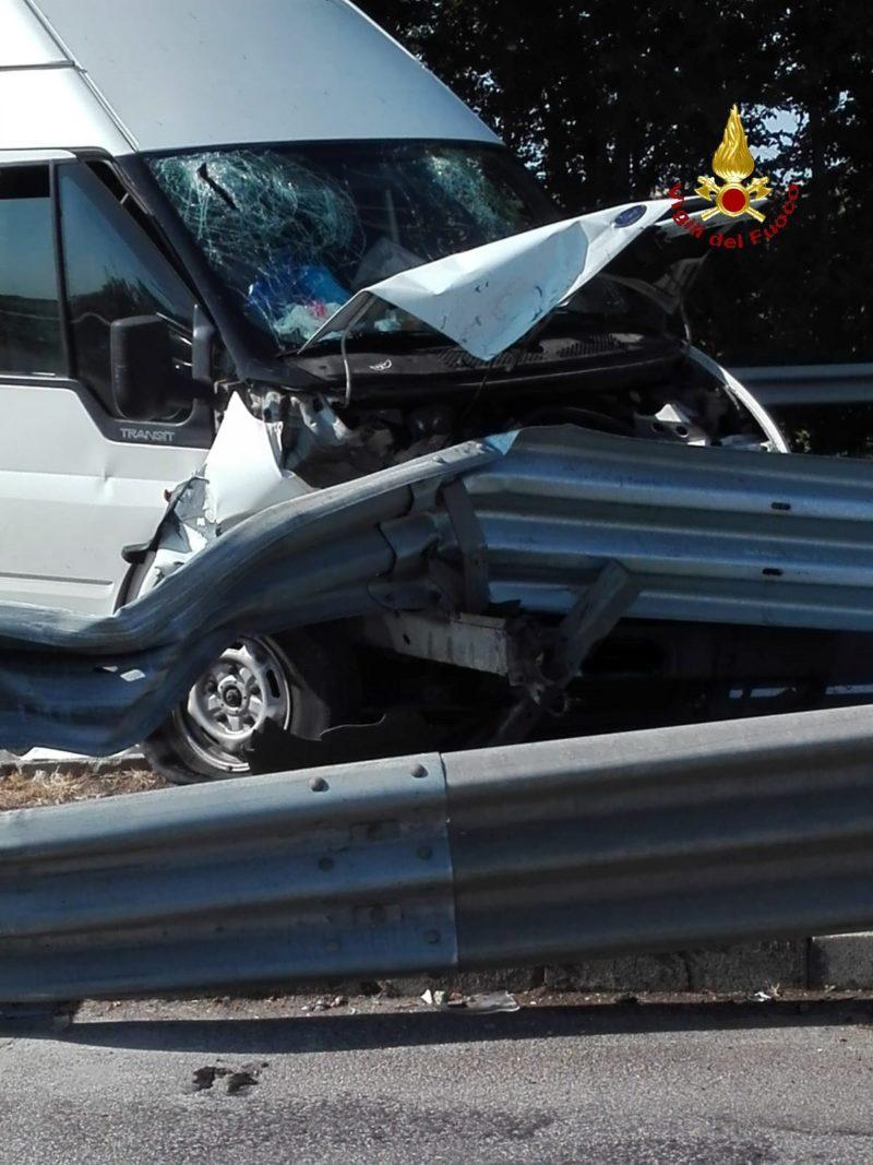 Incidente sull'Aurelia, furgone contro il guard rail: feriti un bambino di due anni e i genitori