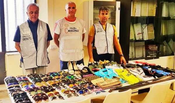 Contrasto all'abusivismo, doppio blitz della Municipale in pineta: sequestrati oltre 160 articoli contraffatti