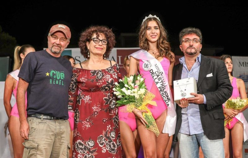 Selezioni di Miss Italia a Castiglione della Pescaia: il regista Giovanni Veronesi premia la vincitrice