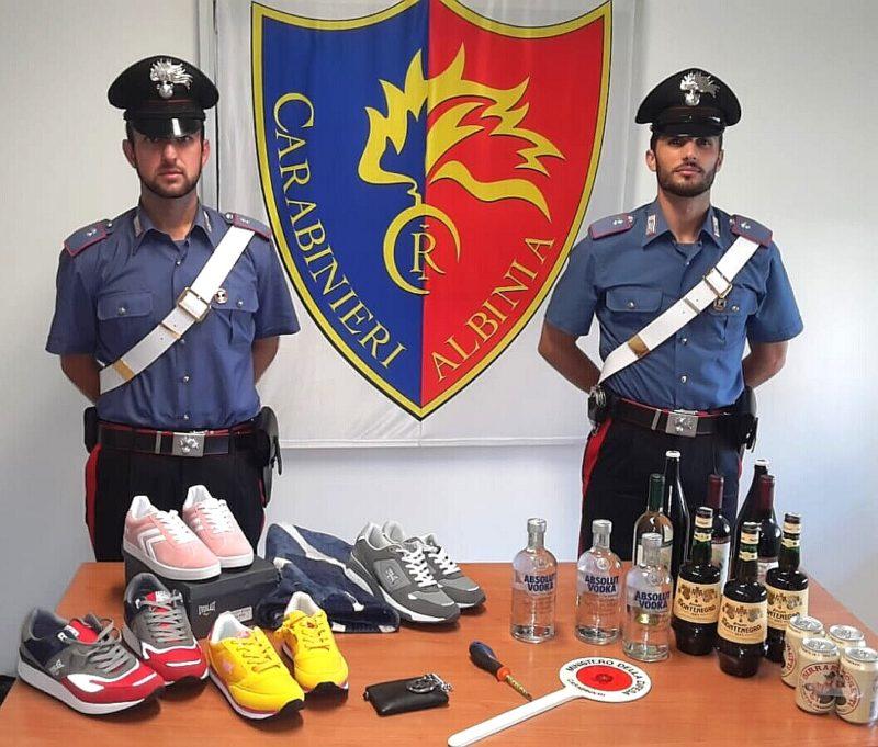Compie furti a raffica in un negozio di sport e nei supermercati: bloccato grazie a Carabinieri liberi dal servizio