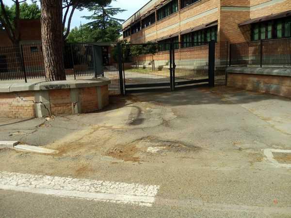 """Il Pd: """"Marciapiedi come trappole davanti alla scuola, il Comune intervenga"""""""