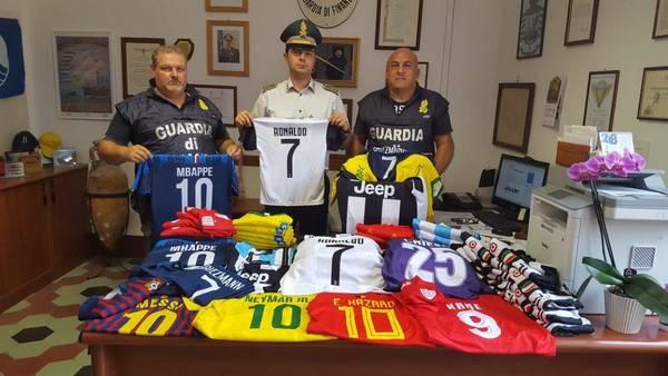 Sequestrate maglie contraffatte di Cristiano Ronaldo ed altri campioni dei mondiali