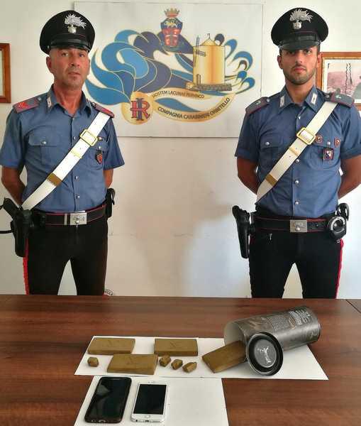Nascondono la droga in una confezione di superalcolici: arrestati due fratelli