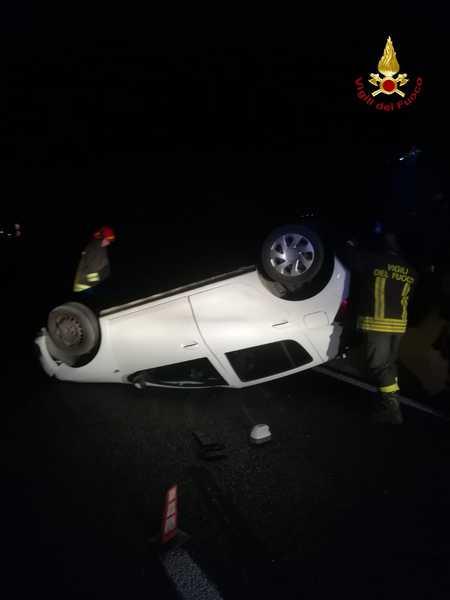 Incidente sull'Aurelia: auto si ribalta, soccorse due persone