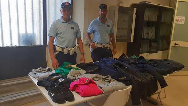 Lotta al commercio abusivo, nuovi sequestri sulle spiagge: trovati vestiti contraffatti