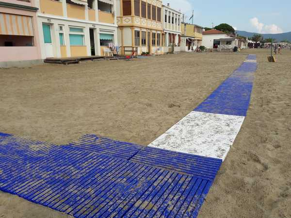 Nuove passerelle e porta mozziconi a Senzuno: la spiaggia diventa più accessibile e pulita