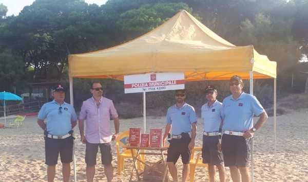 Lotta al commercio abusivo, postazione della Municipale in spiaggia: sequestrati 4mila oggetti da giugno