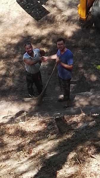 Gavorrano: sindaco e assessori ripuliscono l'area del campetto
