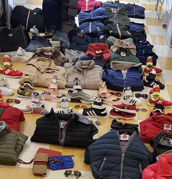 Sequestrati circa 300 prodotti contraffatti: espulso clandestino