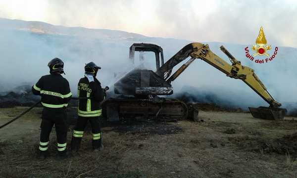 Incendio in una concimaia: escavatore completamente distrutto