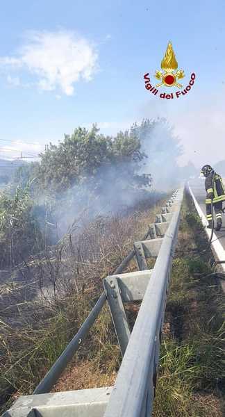 Incendio vicino ai binari: sospeso il traffico dei treni, chiuso un tratto dell'Aurelia